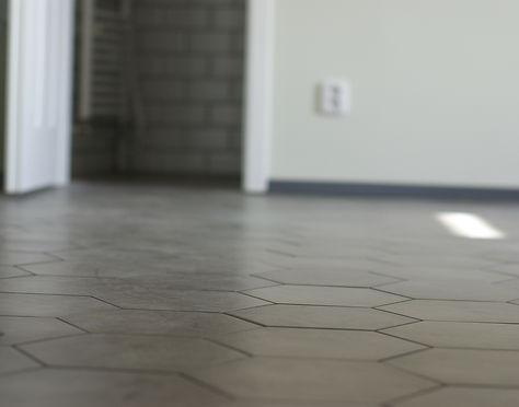 návrhy interiéru RabunaDesign šedá porcelánová dlažba hexagon hala předsíň