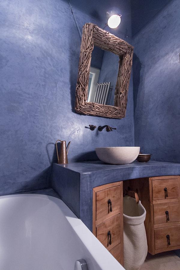 RabunaDesign modrá malá koupelna marocký štuk tadelakt travertin umyvadlo nábytek z teaku měděné doplňky