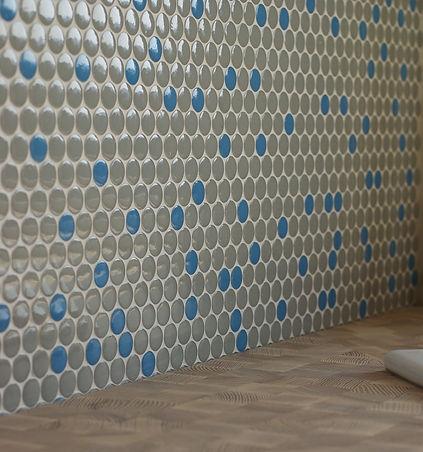 návrhy interiéru kuchyně obklad kulatá mozaika modrá šedá  pracovní deska špalíková jasan dřevěná