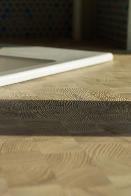 návrhy interiéru špalíková jasanová dřevěná pracovní deska keramický dřez