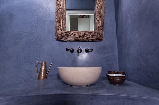 RabunaDesign modrá koupelna marocký štuk tadelakt travertin umyvadlo měděné doplňky