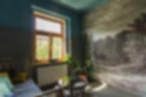 návrhy interiéru obývací pokoj moszná postel polštářky hygge tmavý šedá petrolejová fíkus nástenný obraz tapeta kulatý stolek vintage dekadentní