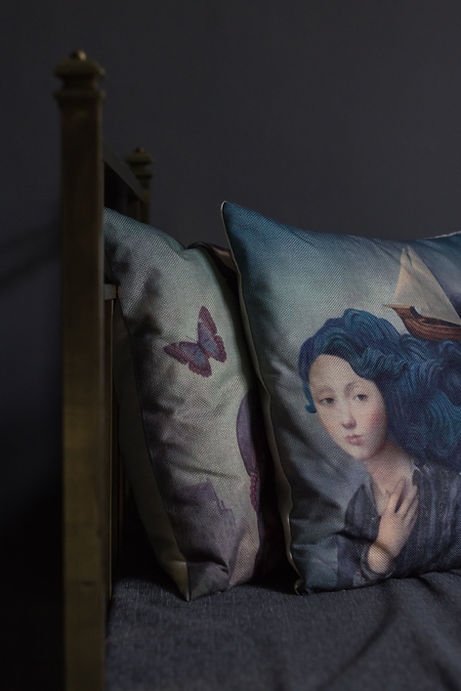 návrhy interiéru mosazná postel tmavý polštářky hygge šedá modrá