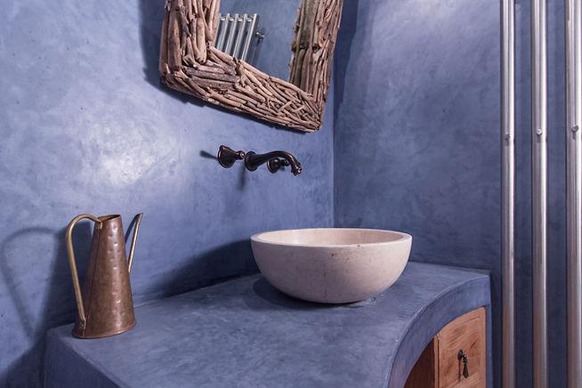 RabunaDesign modrá koupelna marocký štuk tadelakt travertin umyvadlo nábytek z teaku měděné doplňky