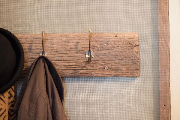 RabunaDesign věšák z vyplavené fošny dřeva drátěná síť