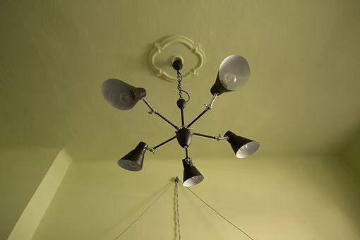 návrhy interiéru černý lustr stropní rozeta
