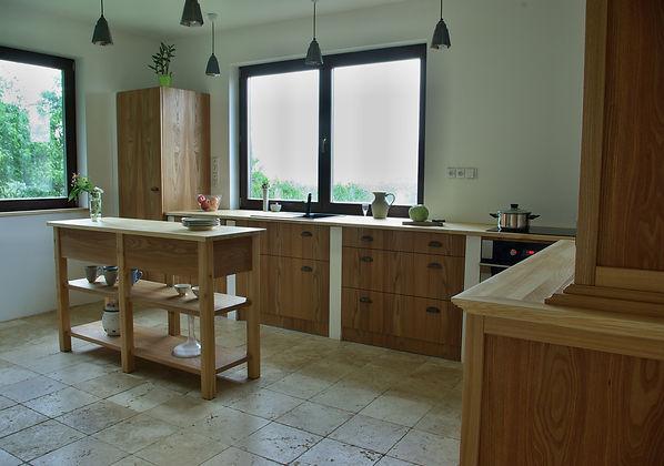 návrhy interiéru RabunaDesign kuchyně z jasanové dřevo travertin podlaha venkovský rustikální