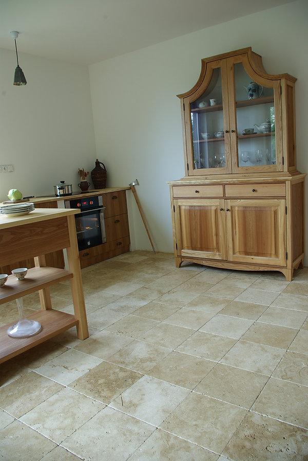 RabunaDesign kuchyně jasanové dřevo travertin podlaha návrhy interiéru venkovský rustikální