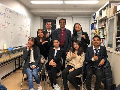 アドバイザーのバンバン氏とインドネシアの学生たち