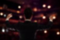 Chef d'orchestre sur scène