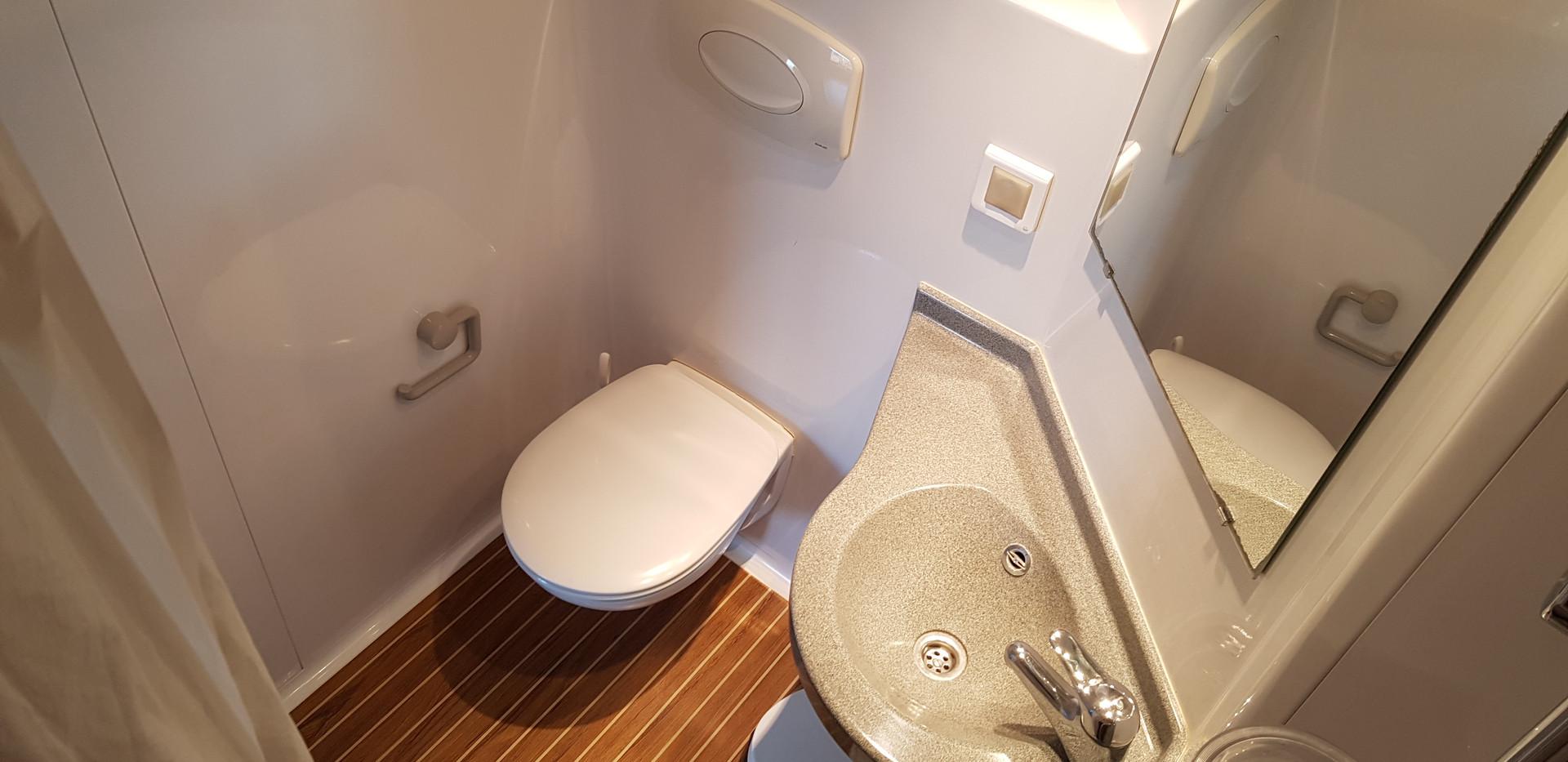 bathroom cabin2.jpg