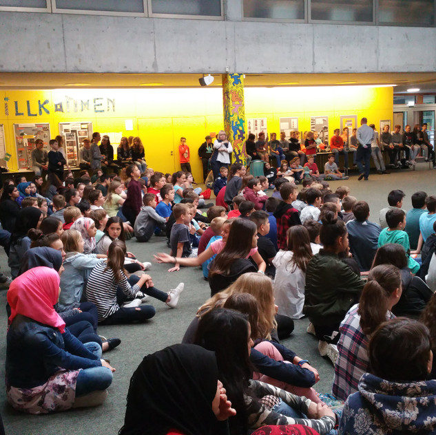 SchülerInnen im Markt