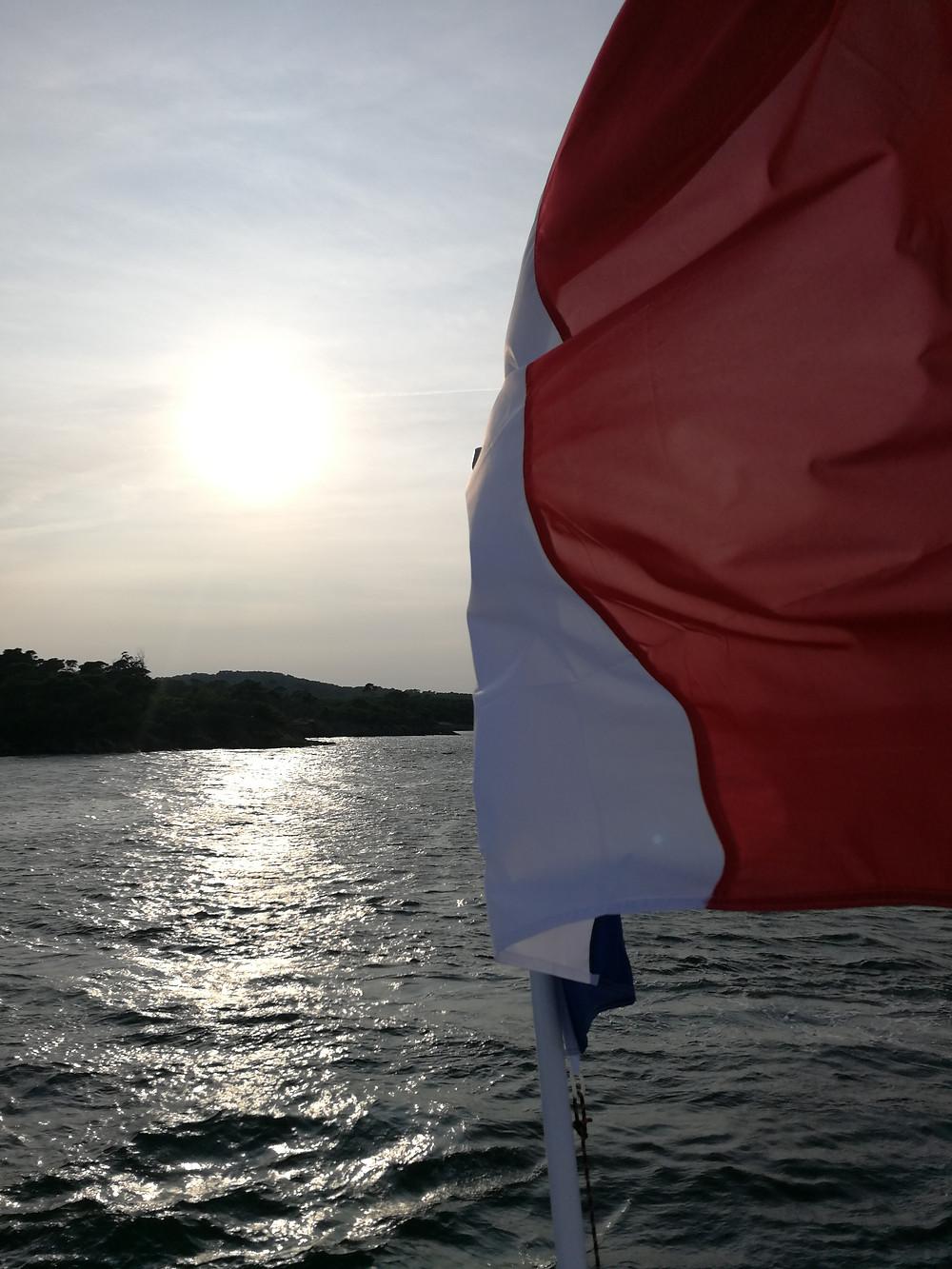 Drapeau français flotte au vent sur un bateau