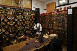 Tentures_murales_en_cuir_peint_,ciselé_et_doré_à_la_feuille_d'or.Show_room_REEMAN_CUIRS_DORES_Photo_