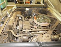Motorraum vor der Reinigung