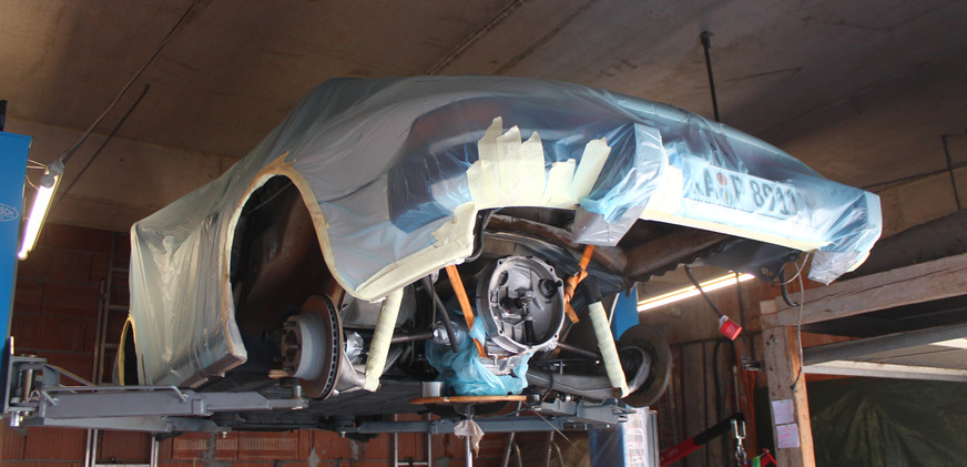 Porsche wird vor dem lackieren komplett foliert