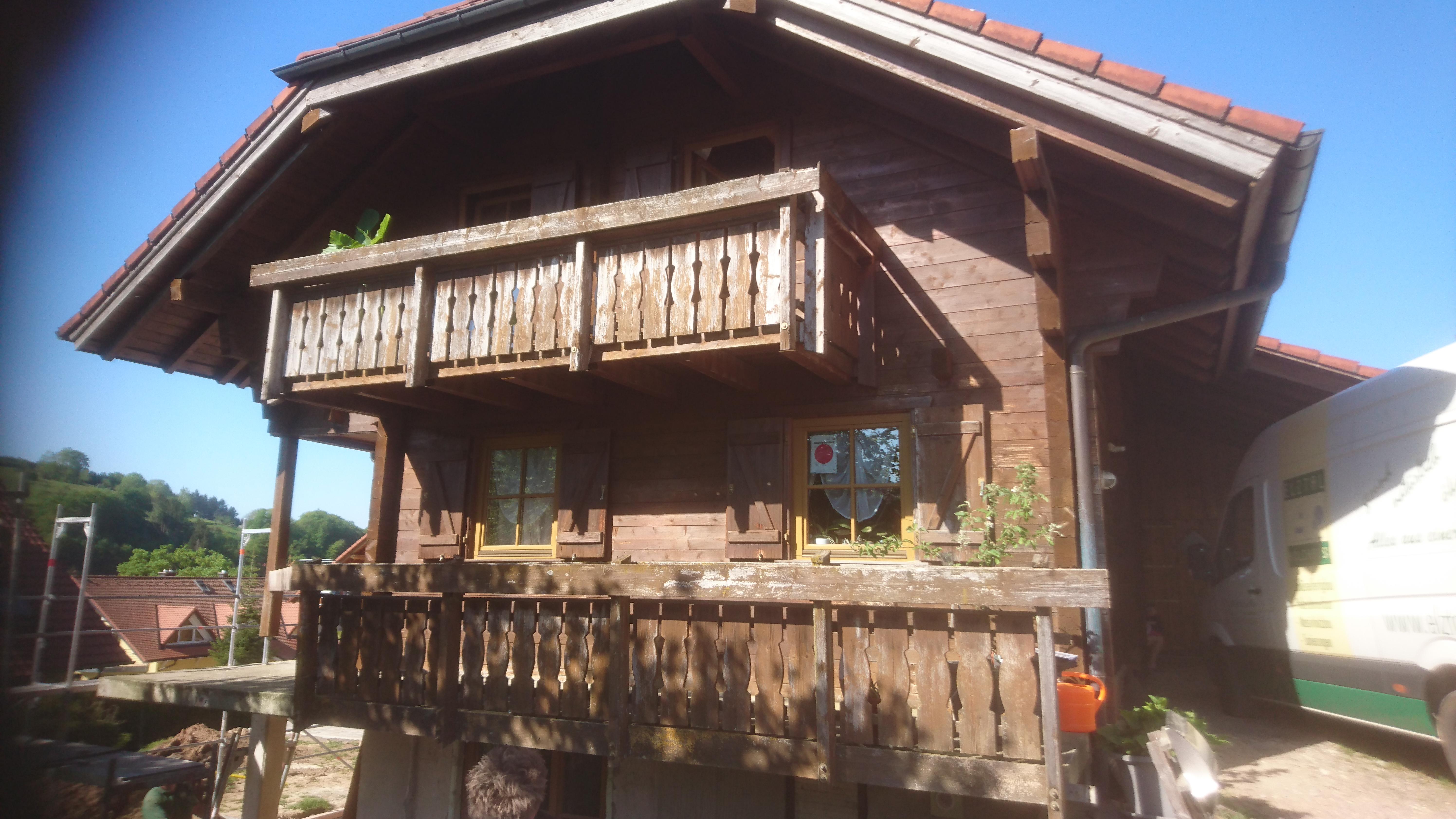 Frontansicht des Holzhauses vor dem Strahlen