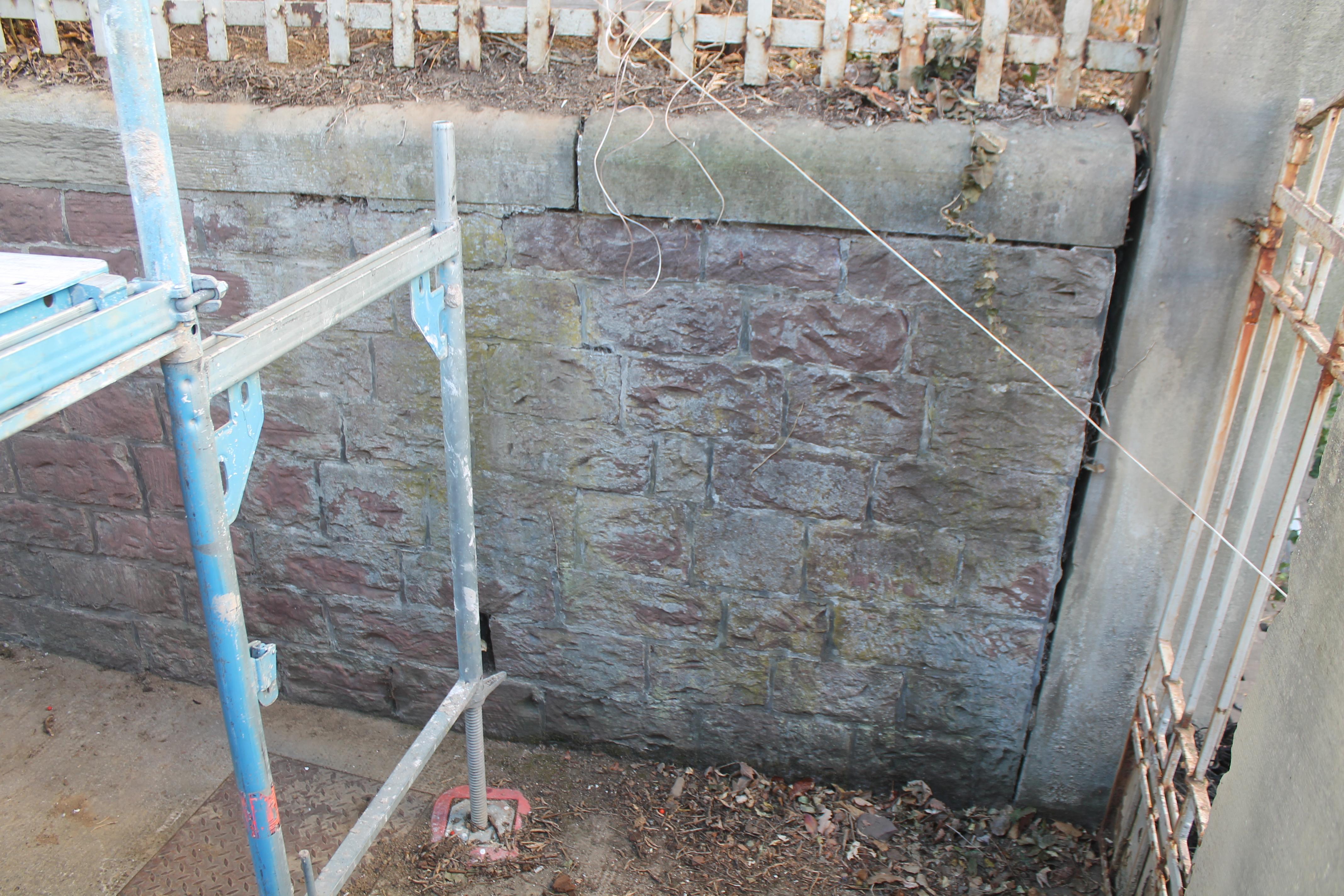 Ablagerungen auf Steinwand