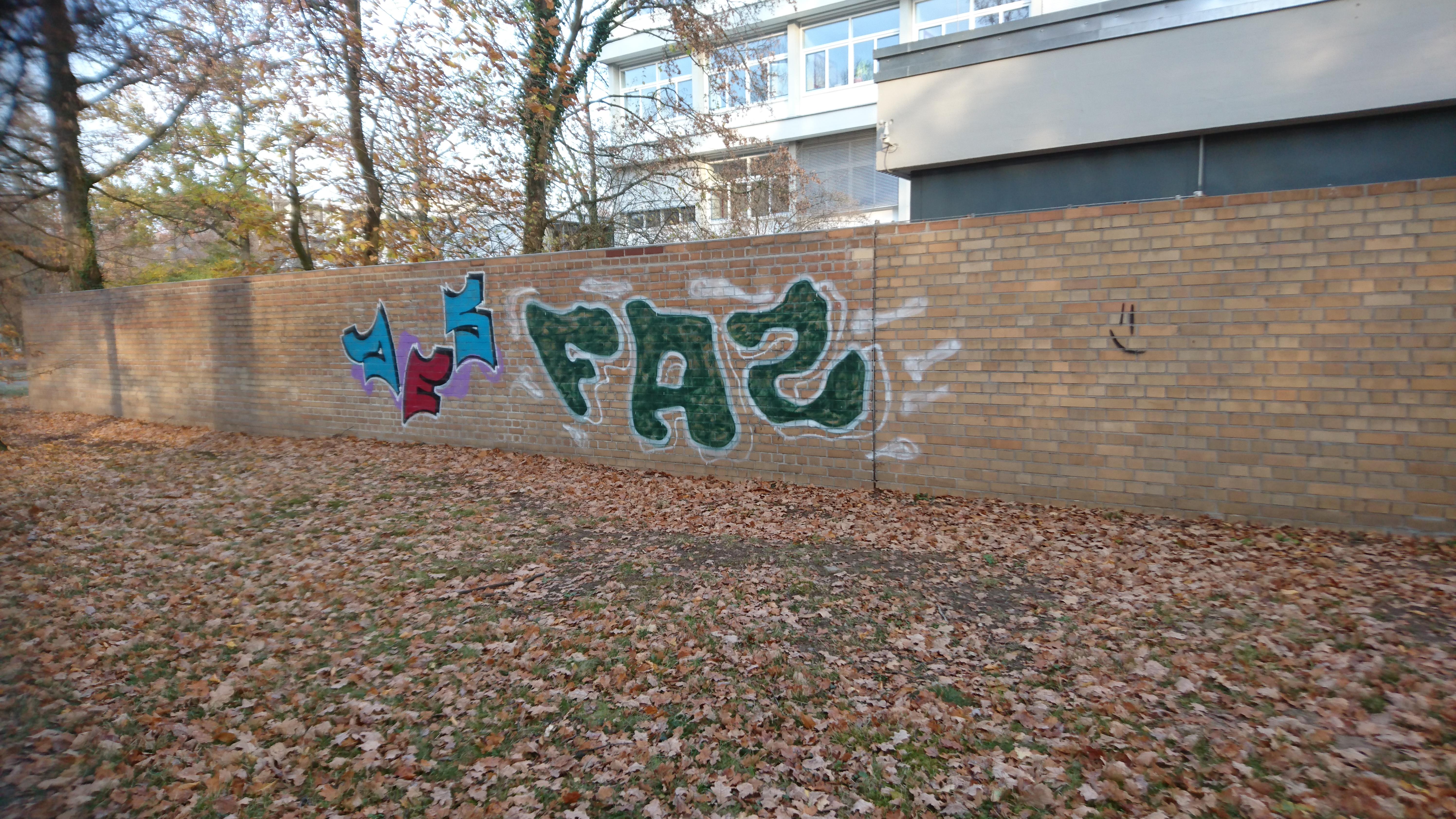 Graffiti auf Klinkersteinmauer