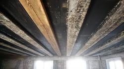 Verschmutzte Holzdecke