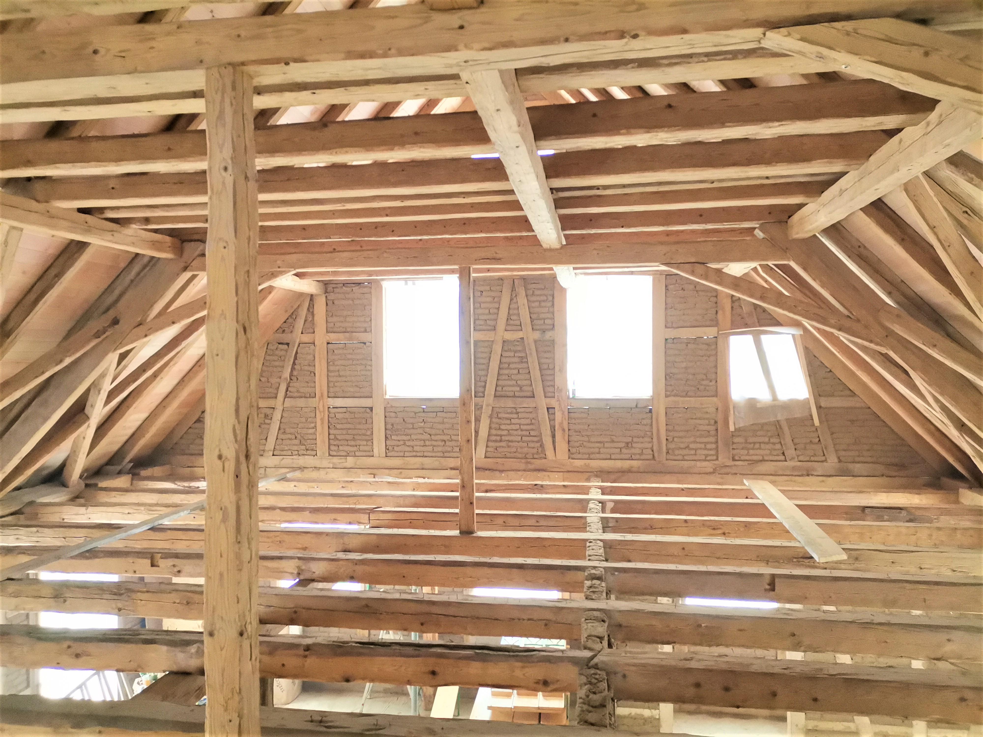 Dachstuhl einer Scheune greinigt