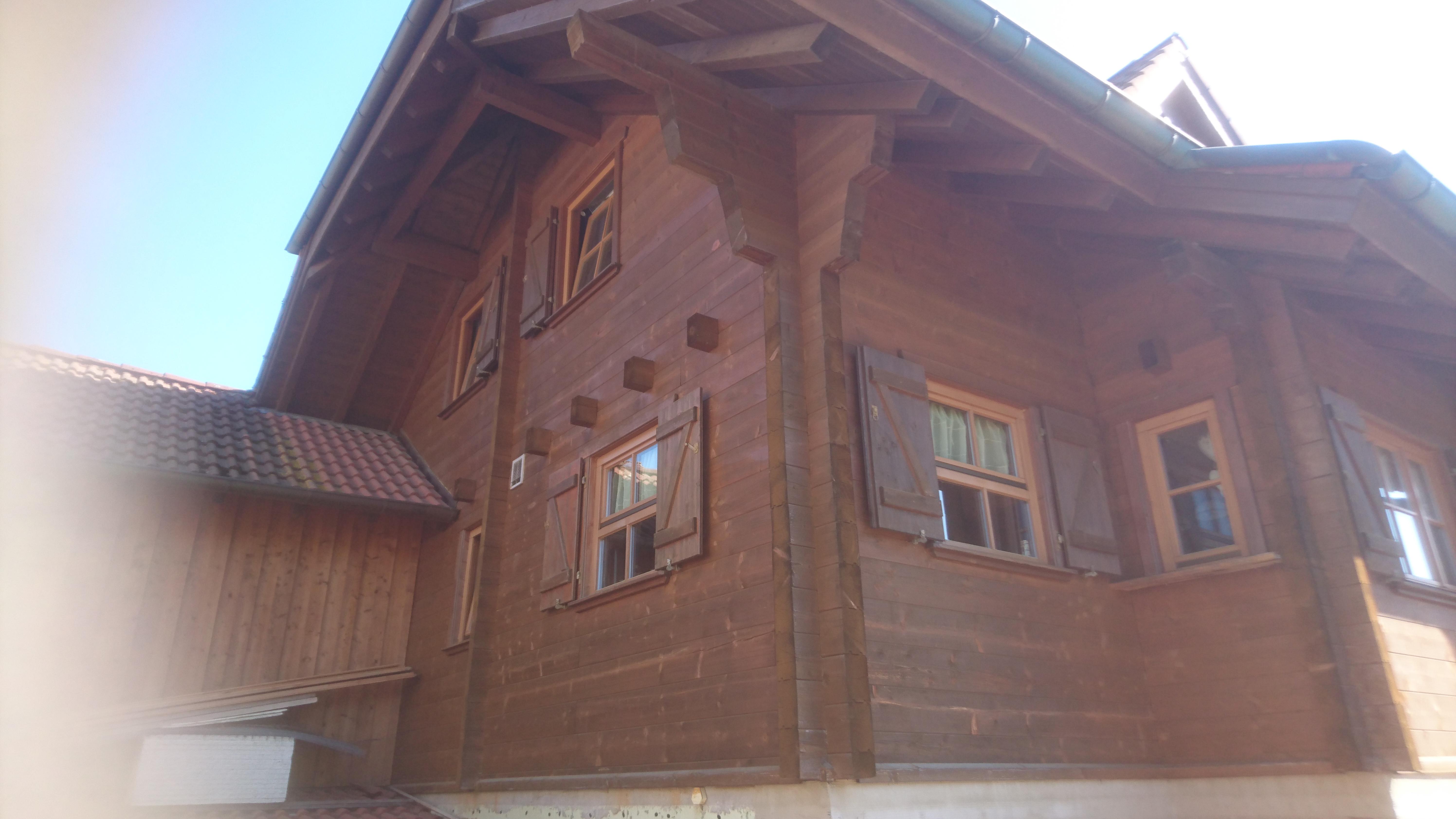 Holzhaus Holzlasur entfernen