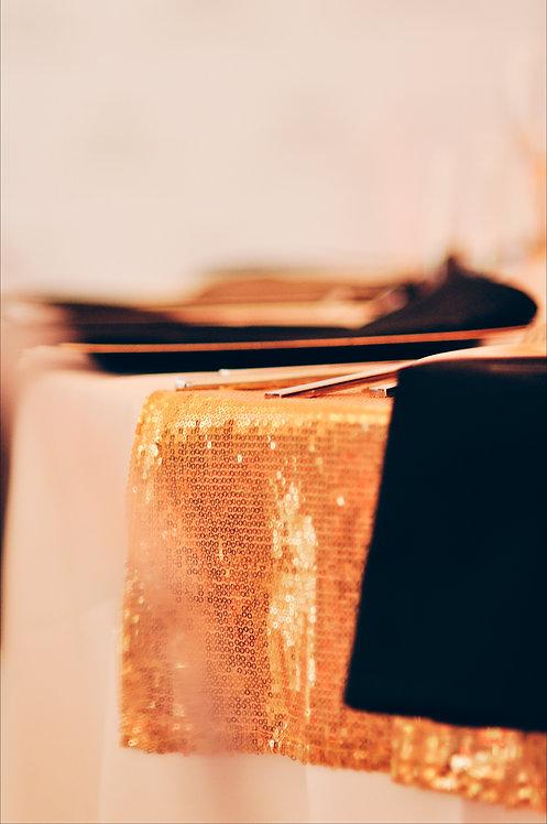 Złoty cekinowy bieżnik