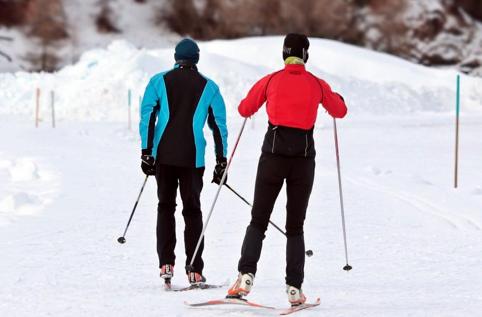 cross-country-skiing-3020751_1920.jpg