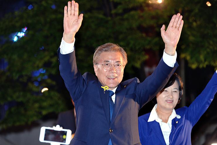 Mon Jae-in celebrando su victoria en la plaza Gwanghwamun de Seúl /  Korea Times photo by Wang Tae-seok