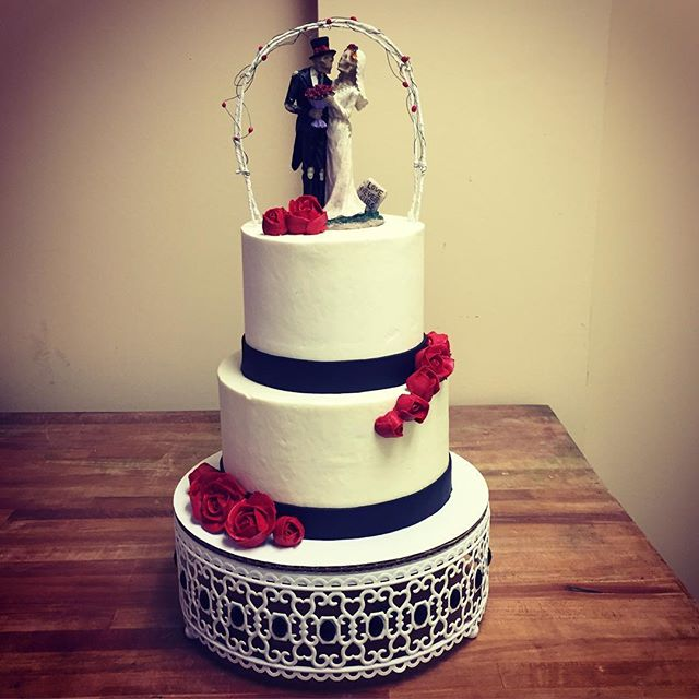 Till death do us part 💀🌹 #goldiesgoodiesbakery #vowrenewal #cake #roses #tilldeathdouspart #lovene