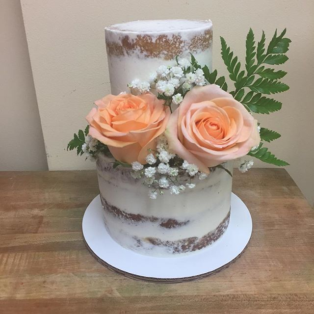 Naked cake with fresh floral 🌿 #goldiesgoodiesbakery #customcakes #nakedcake #freshflowers #cakesta