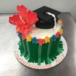Isn't this the cutest luau graduation cake you ever did see_ 🌺_._._._