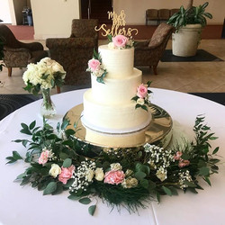Can't get enough of the fresh florals and soft buttercream texture 😍 ._._._._._