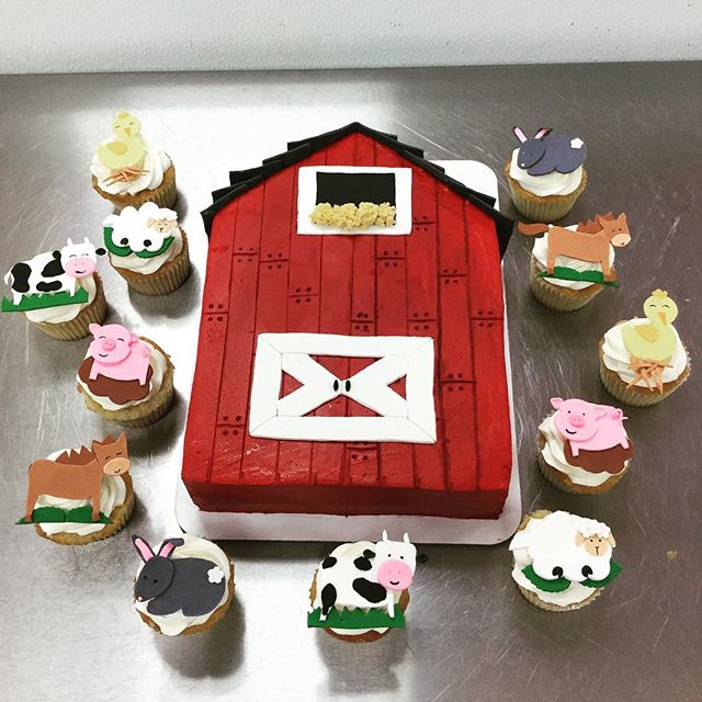 Gettin' down on the farm for this birthday 🐰🐷🐥🐴🐮 #goldiesgoodiesbakery #farm #cake #barn #anima