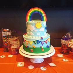 Somewhere over the rainbow 🌈🌤 #goldiesgoodiesbakery #birthdaycake #rainbow #overtherainbow #happyb