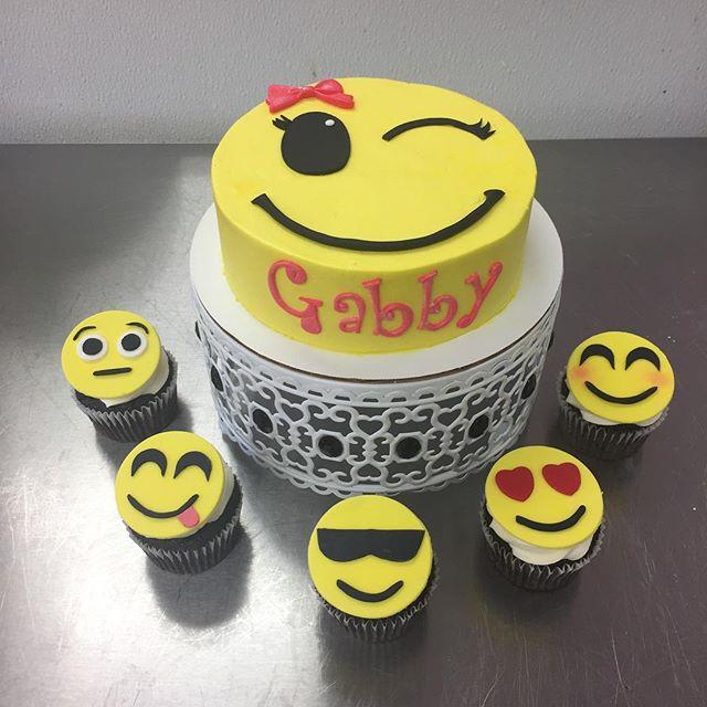 Emoji cake & cupcakes! #goldiesgoodiesbakery #emoji #cake #happybirthday #cakedecorating #cakesofins