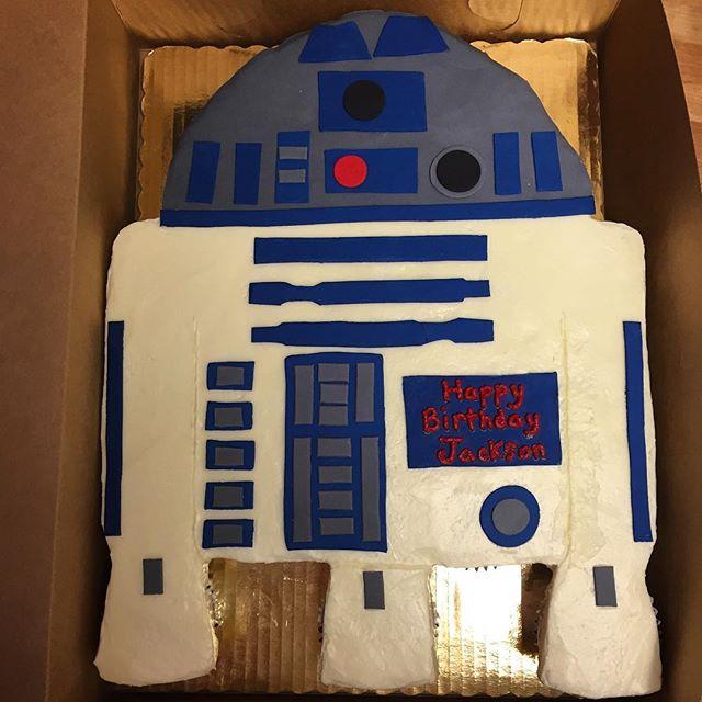 R2D2 cupcake cake! #goldiesgoodiesbakery #tampa #bakery #custom #birthday #cupcake #cake #starwars #