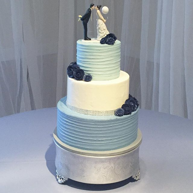 Something Blue 💙 #goldiesgoodiesbakery #weddingcake #wedding #somethingblue #buttercream #roses #ca