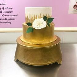 Graduation is a golden affair #goldiesgoodiesbakery #graduationcake #gold #handpainted #sugarflower
