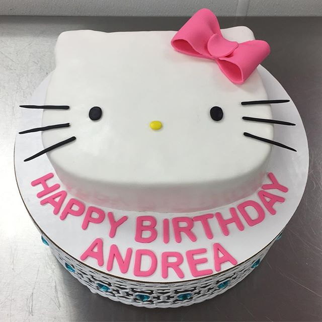 Hello Kitty 😺😻 #goldiesgoodiesbakery #custom #cake #hellokitty #birthday #tampa #bakery #fondant #