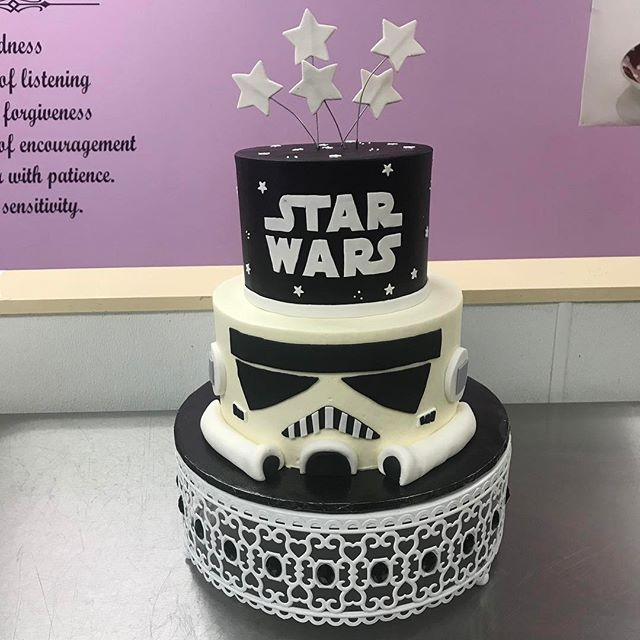 It's May 6th but the force is still with us ⭐️ #goldiesgoodiesbakery #starwars #starwarscake #maythe