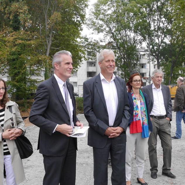 Guido Dörrenberg (Sparkasse KölnBonn) und Julius Knappertsbusch (Vorstand GeGeSo eG) begleiten wohlgelaunt unsere Grundsteinlegung.
