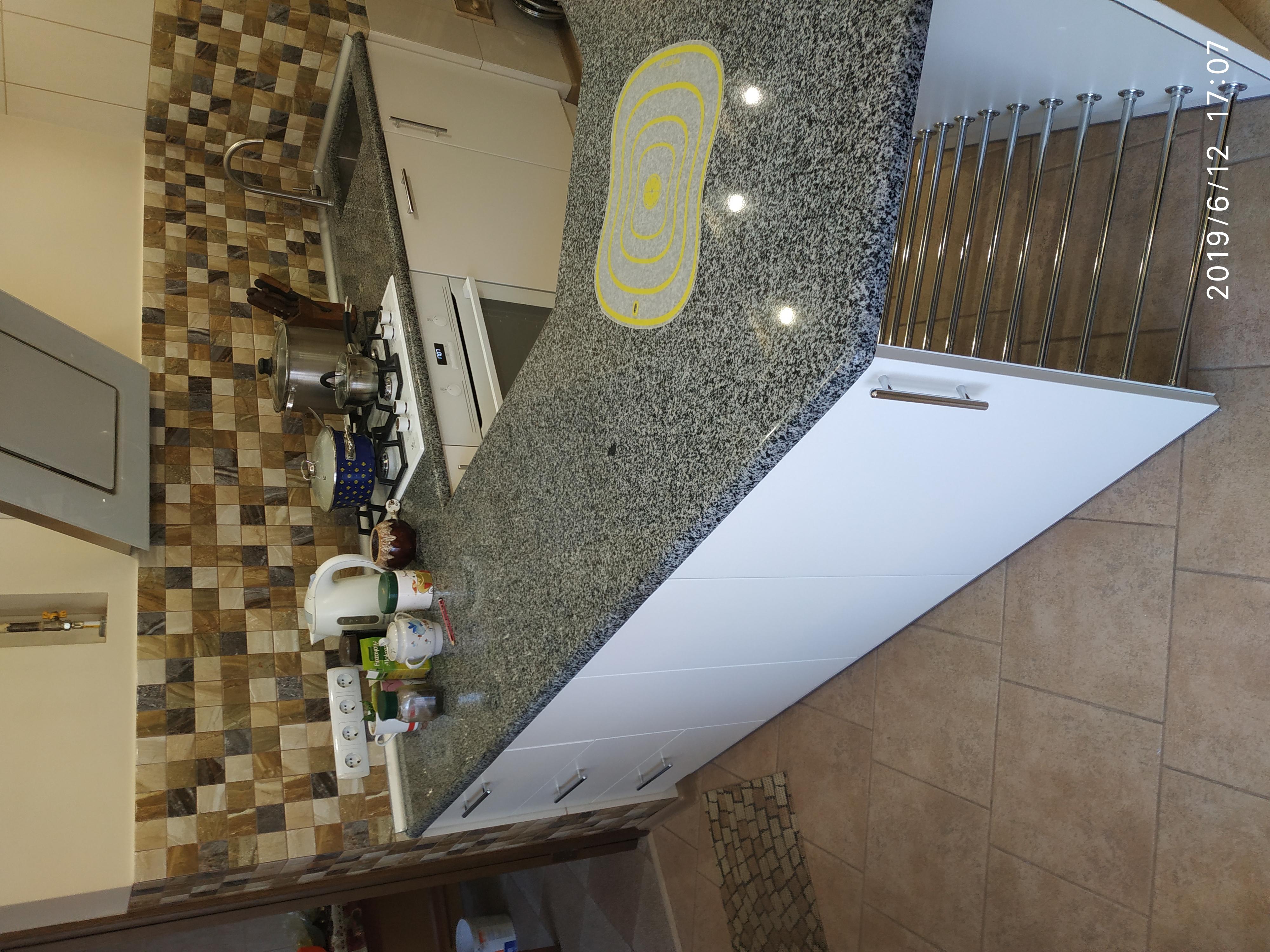 Кухня с гранитной столешницей