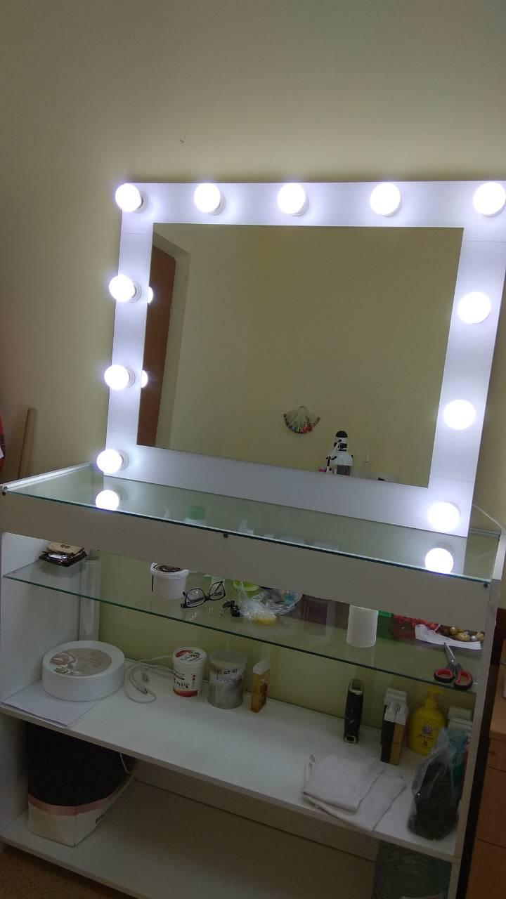 Зеркало для макияжа.