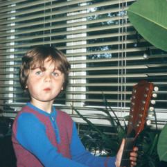 Krümel und Gitarre.jpg