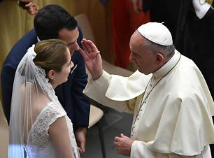 Pope-Francis-blesses-bride-and-groom-get