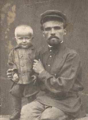 С дедушкой, 1 год