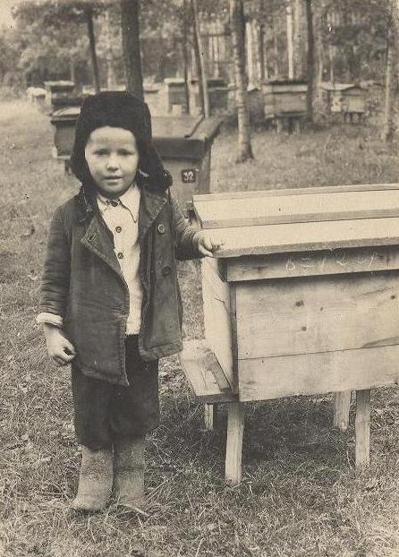 На пасеке у дедушке, 4 года