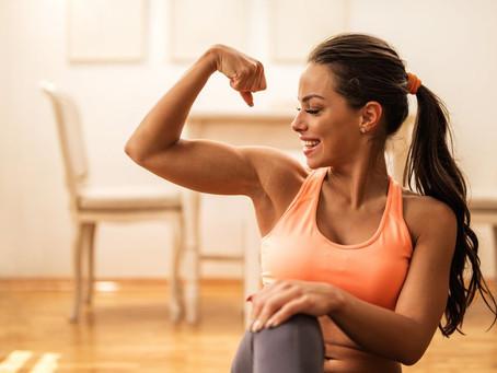 8 ejercicios en casa para fortalecer biceps y triceps.