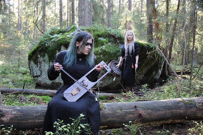 Iida Mäkelä on the left front playing Jouhikko - three-stringed Finnish bowed lyre, Rauni Hautamäki on the right.  Photographer: Valtteri Mäkelä. @Gói